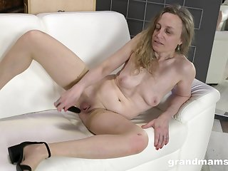 Solo amateur mature, first time toying on cam