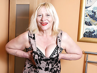Raunchy British Housewife Playing Up Her Hairy Seize - MatureNL